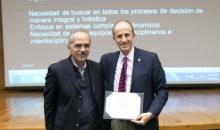 Dr. Luis Kun receiving a certificate